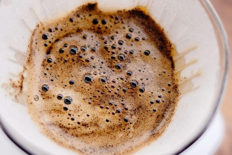 pěna při přípravě překapávané kávy